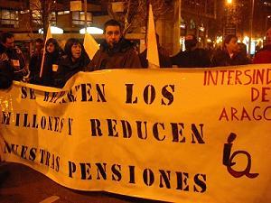 La nueva vuelta de tuerca al sistema de pensiones abordará una de los asuntos que más ha criticado el FMI: el incremento automático de las rentas en función de la subida del IPC. Los pensionistas dejarían de estar protegidos por la cláusula de subida automática de las pensiones firmada en el Pacto de Toledo.