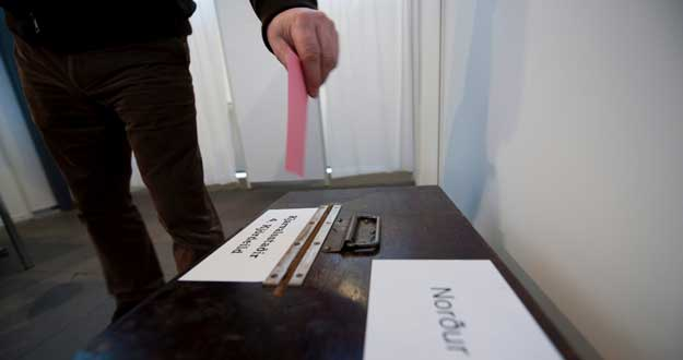 En Islandia, el pueblo decidió en referéndum no pagar con dinero público la deuda de los bancos con el capital extranjero.