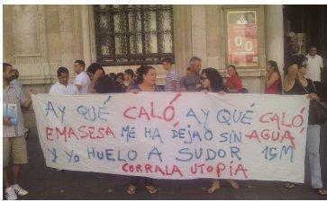 El  colectivo  La  Corrala  del  barrio  de la  Macarena  se  mantuvo  concentrado   en  el  Banco  de Santander acosados por tres furgones de policía nacional, si bien el acto transcurrió sin ningún incidente.