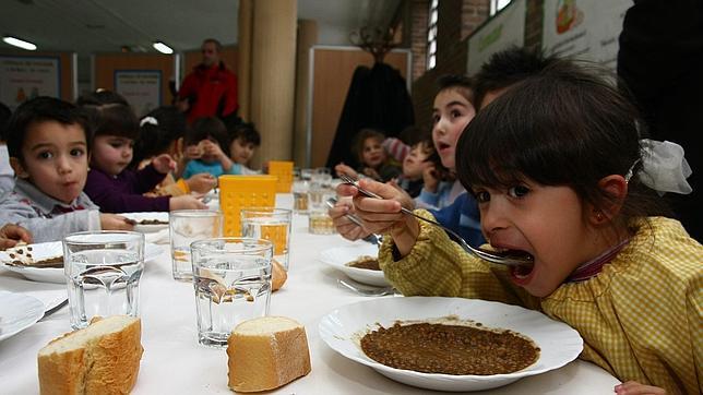 """El gabinete de Artur Mas ha decretado que los alumnos """"pueden"""" llevar su comida de casa. Pero deben pagar el mantenimiento de las neveras o los microondas. En resumen, te pasan una factura de tres euros por día, 150 euros mensuales."""