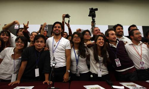 Mimebros de Yo Soy 132 tras una conferencia de prensa