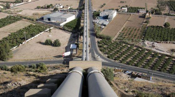La respuesta está en lo que no se dice, en los intereses del capital extranjero que hay detrás, especialmente el monopolio francés Suez que ya se hizo con Aguas de Valencia y tiene el 75% de Aguas de Barcelona, y que ha anunciado su proyecto de hacerse con el control del mercado del agua en España