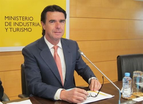 El llamado déficit de tarifa sigue siendo un atraco general a la población. El ministro Soria, como los anteriores, acepta sin investigar los supuestos costes de producción de las eléctricas, actuando como gestor de sus intereses.