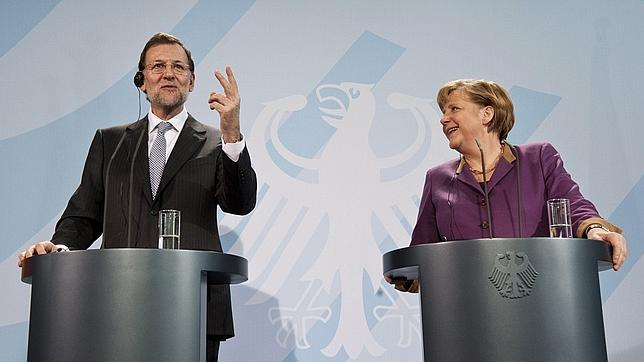 """Es evidente que este cerrado respaldo de Merkel a un Rajoy en sus peores momentos """"no se ha producido espontáneamente"""", sino que se ha negociado previamente con el gobierno español. ¿A cambio de qué? Todavía no lo sabemos. Pero deberemos estar muy atentos. Berlín no concede nada gratis."""
