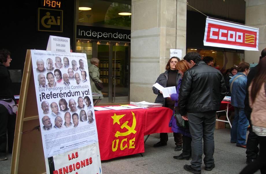 Militantes y amigos de Unificación Comunista de España recogiendo firmas por el referéndum de las pensiones.