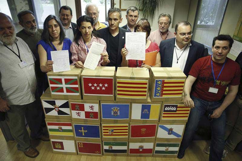 Representantes de la MEsa Estatal pro Referéndum de las pensiones en el acto de entrega de las primeras 217.000 firmas a la Defensoría del Pueblo.