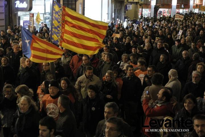 El cierre ha unido a todos los sectores valencianos de derechas e izquierdas, partidos políticos y sindicatos, las fallas, organizaciones cívicas, empresariales, culturales y sociales; banderas regionalistas valencianas, cuatribarradas o catalanistas...