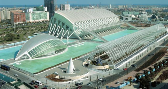 La Ciudad de las Ciencias y las Artes, cuyo presupuesto inicial fueron 175 millones de euros, acabó con un sobrecoste milmillonario y un coste final de 1.300 millones de euros.