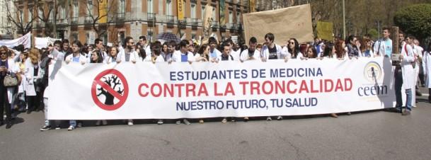 """Bajo estos lemas los estudiantes de medicina se movilizan: """"¡MIR de calidad, NO troncalidad!""""   """"¡Por la Sanidad, NO troncalidad!""""   """"¡Nuestro futuro, vuestra salud!"""""""