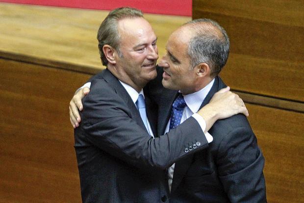 Camps y Fabra, pasado y presente unidos por la misma deuda. La Generalitat envió un comunicado en el que no se hacía responsable del pago de los 2,000 millones de euros de la multa. Pero acabará cayendo sobre los bolsillos de los valencianos.