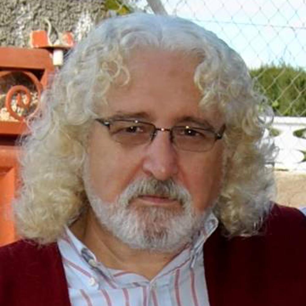 Adrián Martínez  Médico y profesor de ciclos sanitarios  Tiene 59 años (Alicante). Médico y profesor de Salud ambiental en el CIPFP Canastell San Vicente del Raspeig. Activista medioambiental y columnista en la prensa alicantina.