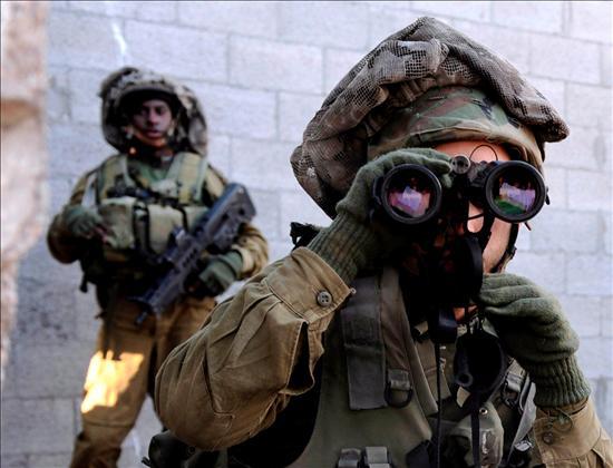 (Efe) Soldados de Infantería israelí acechan en un barrio de Gaza