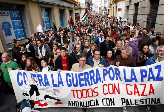 Jóvenes, mayores y niños marcharon durante una hora y media encabezados por una alfombra humana cubierta por la bandera de Palestina. (Efe)