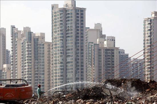 (Efe) Construcción de nuevos edificios en Shanghai. La inversión inmobiliaria en el país ha bajado drásticamente en 2008, con un descenso en la inversión extranjera del 26 por ciento