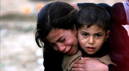 (EFE) Una niña palestina llora durante el funeral de sus hermanos, Qasem de 6 años y Basem de 11.