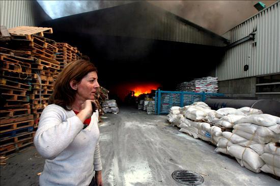 (EFE) Una funcionaria de las Naciones Unidas contempla impotente las llamas de bombardeos israelíes en la sede de la UNRWA en Gaza