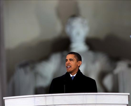(EFE) Obama pronuncia un discurso en el Lincoln Memorial el día antes de su investidura