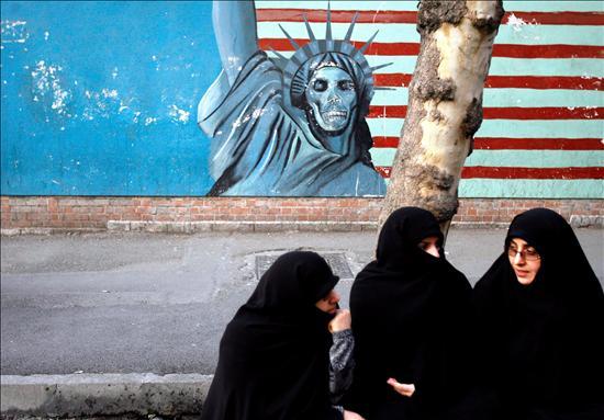 (EFE) Un dibujo de la estatua de la libertad estadounidense durante una concentración frente a la antigua embajada estadounidense en Teherán