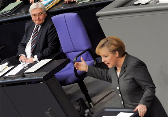 (EFE) Merkel en el Bundestag defendiendo su segundo plan de rescate de 50.000 millones de euros, un record histórico.