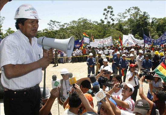 (EFE) Evo Morales nacionalizando los hidrocarburos bolivianos