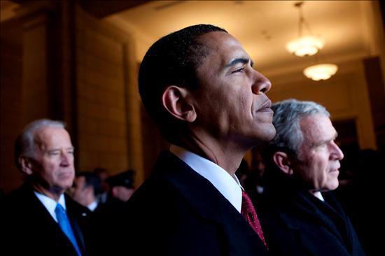 (EFE) Barack Obama, al fondo Bush y detrás el vicepresidente Biden