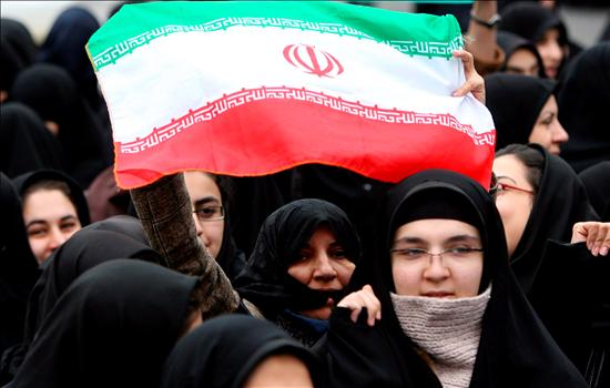 (EFE) Mujer iraní en una manifestación ante la embajada francesa en Teherán.