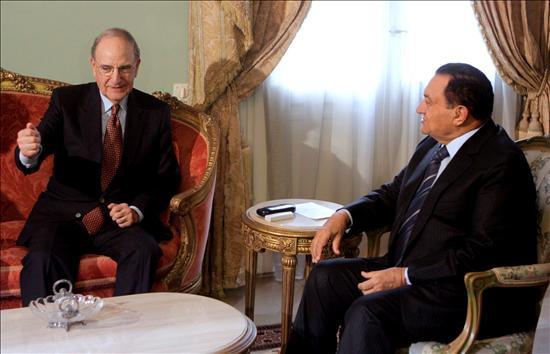 El nuevo enviado de EEUU para Oriente Medio, George Mitchell  se reúne con el presidente egipcio, Hosni Mubarak, hoy en El Cairo. EFE