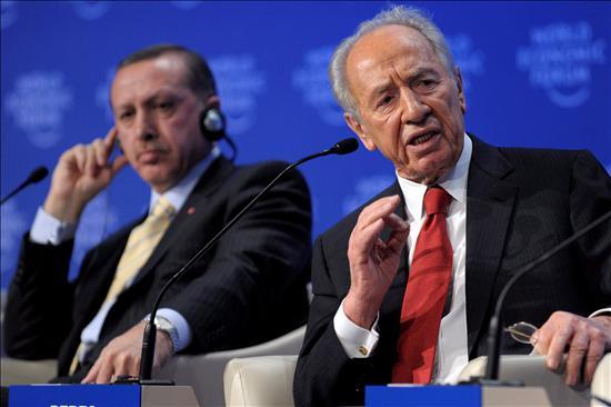 Simón Peres gesticula en presencia del primer ministro turco, Erdogan . Momentos después, Erdogan se marchó de este debate, indignado por la intervención de Peres, quien, a gritos, acusó a Hamas de las muertes de los civiles palestinos. EFE
