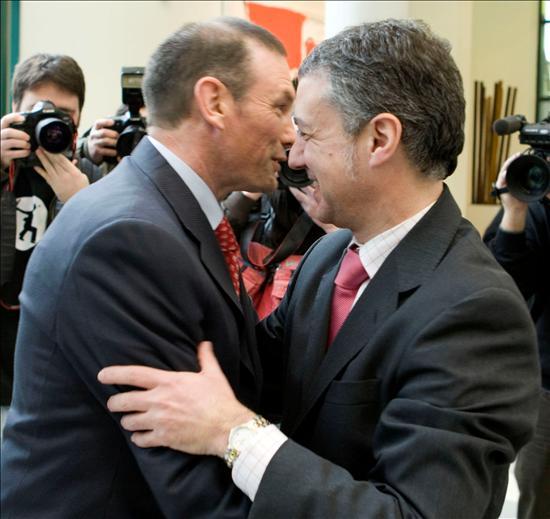 VITORIA, 29/01/09.- El lehendakari, Juan José Ibarretxe, saluda al presidente de su partido, Íñigo Urkullu, después de conocerse las polémicas declaraciones. (EFE)