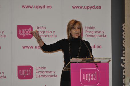 Rosa Díez se dirige al público con su estilo directo, pedagógico y lleno de sincera convicción.