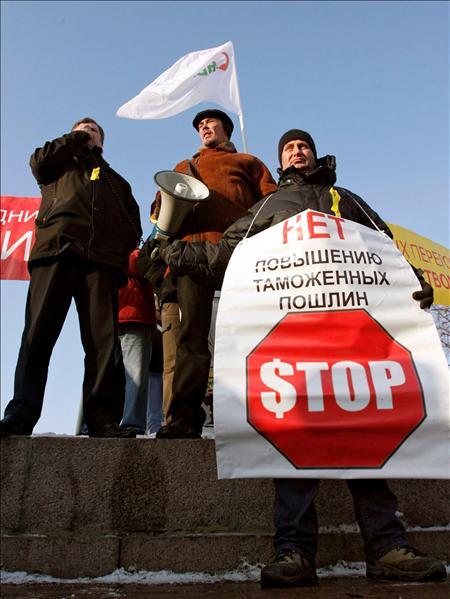 """Un hombre sostiene un cartel que dice """"no al aumento de las importaciones. Stop"""" durante una manifestación convocada para protestar contra el aumento de las importaciones de coches extranjeros, en Moscú. EFE"""