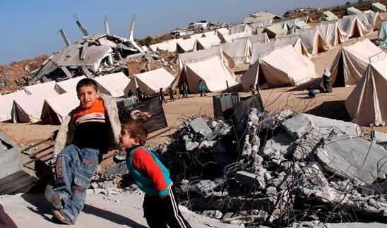 Niños jugando entre los escombros en Jabaliya
