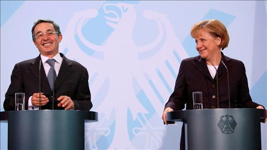 La canciller alemana, Angela Merkel con el presidente de Colombia, Álvaro Uribe, en la sede de la Cancillería en Berlín. EFE
