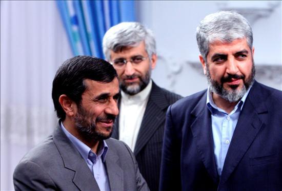El presidente iraní Mahmoud Ahmadinejad saluda al jefe político de Hamás, Jaled Mishal. EFE