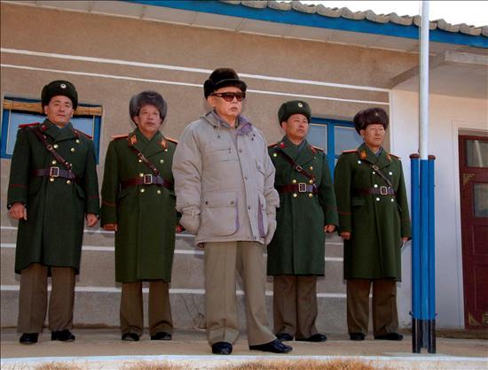 El líder norcoreano, Kim Jong Il, pasando revista a una unidad del ejército. EFE