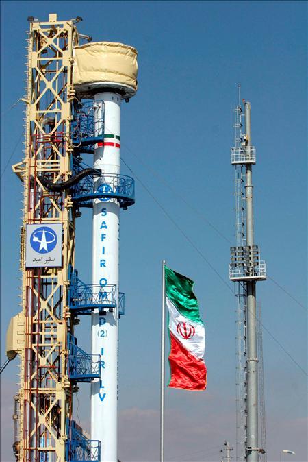 Omid, el primer satélite de fabricación iraní, antes de ser lanzado hacia el espacio con la ayuda de la lanzadera Safir, en un lugar no identificado de Irán. EFE
