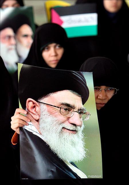 Dos estudiantes portan una foto del máximo dirigente iraní,  Alí Jamenei. EFE