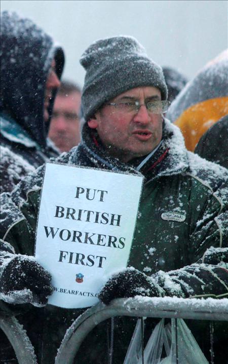 """""""Meted primero a los trabajadores británicos"""". EFE"""