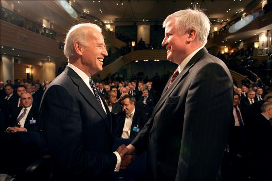 El vicepresidente de Estados Unidos, Joe Biden, conversa con el primer ministro bávaro, Horst Seehofer, durante la Conferencia de Seguridad de Múnich. EFE