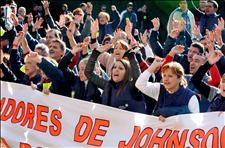 Trabajadores de la empresa Esteban Ikeda, durante la concentración que han celebrado esta tarde frente al Parlament de Cataluña contra el cierre de la factoría, lo que supondrá el despido de 260 trabajadores. (Foto: EFE)