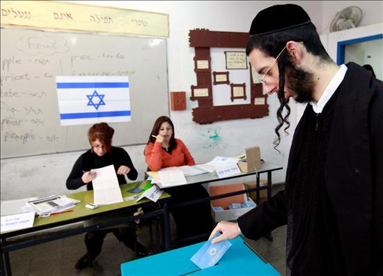 Un judío ultraortodoxo deposita su voto en un colegio electoral en el asentamiento judío cisjordano de Beitar Illit hoy martes 10 de febrero durante la celebración de elecciones generales. EFE
