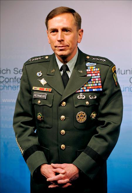 """El general David Petraeus. Si se aplica sólo la mitad de los ingredientes de su """"receta"""" para Irak estamos a las puertas de un """"envenenamiento masivo"""" en Afganistán. EFE"""