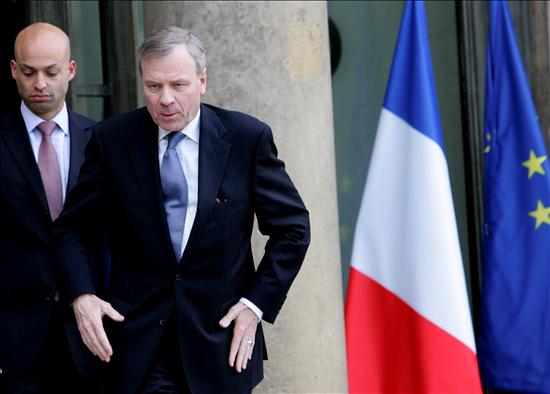 El secretario general de la OTAN, Jaap de Hoop Scheffer, abandona el Palacio del Elíseo, tras reunirse con el presidente francés, Nicolas Sarkozy. EFE