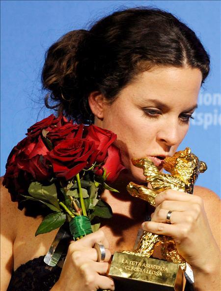 La directora Claudia Losa posa con el Oso de Oro
