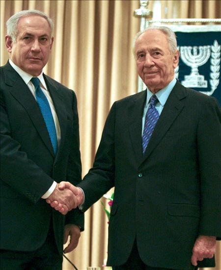 El presidente de Israel, Simón Peres (d), saluda al líder del partido Likud, Benjamin Netanyahu.(EFE)