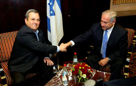 El líder del Likud, Benjamin Netanyahu, estrecha la mano del líder del partido laborista, Ehud Barak. (EFE)