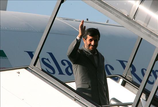 (EFE) El presidente de Irán, Ahmadineyad de visita en Kenia, hoy martes 24 de febrero, donde está prevista la firma de acuerdos comerciales. Dennis Ross ha afirmado: dondequiera que mire en el Oriente Medio de hoy, Irán es una amenaza para EEUU y sus intereses de orden político.