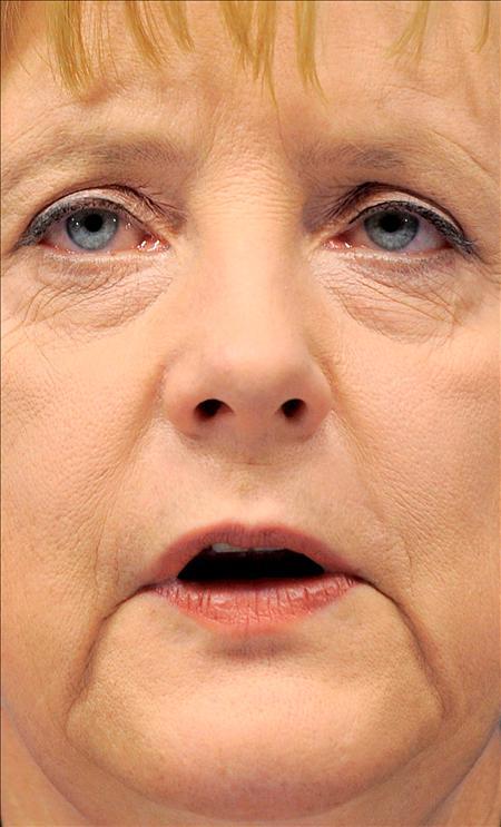 la canciller alemana, Angela Merkel. los principales dirigentes de la UE se encuentran ante un dilema: Acudir al rescate de países o arriesgarse al colapso del euro. (EFE)