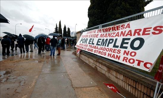 Manifestación Tudor de Manzanares contra el expediente de regulación de empleo que, como esta, afecta a miles de empresas en toda España traduciéndose en un brutal aumento del paro. EFE/Manuel Ruiz Toribio