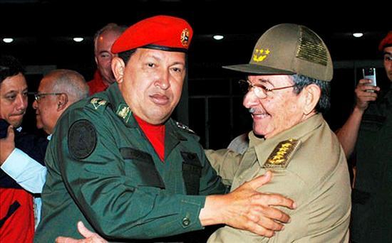 El presidente cubano Raúl Castro, despide a su homólogo venezolano Hugo Chávez .(EFE)